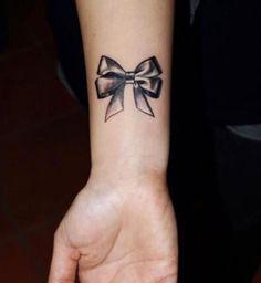 Idées de tatouages pour le poignet : un nœud papillon