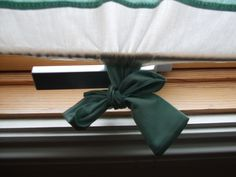 A very cheap way to cover your skylight window . Free tutorial with pictures on how to make a curtain/blinds in under 120 minutes by sewing with scissors, sewing machine, and iron. How To posted by RubyLocks. Skylight Covering, Skylight Shade, Skylight Blinds, Skylight Window, Skylights, Window Cost, White Interior Design, Linen Shop, Interior Windows
