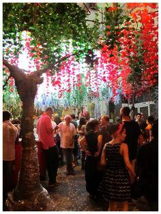 Fiestas del barrio de Gracia, Barcelona. En este barrio emblemático de la ciudad a partir del 15 de agosto y durante una semana, muchas calles se decoran y hay conciertos, comida y bebida y muy buen rollo!