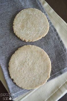 Tortillas de avena (sin gluten) 2 tazas de harina de avena entera, la molemos bien, 1/2 taza de agua tibia, 4 cucharadas de aceite de coco, 1/4 de cucharadita de sal mezclamos todo y amasamos, dividimos en 8 porciones y dejamos reposar 10´, aplastamos y tostamos en una sarten a fuego medio hasta que se doren, guardamos dentro de un trapo para que no se endurezcan Fast Metabolism Diet, Metabolic Diet, Veggie Recipes, Real Food Recipes, Healthy Recipes, Healthy Snacks, Vegan Gluten Free, Gluten Free Recipes, Salada Light