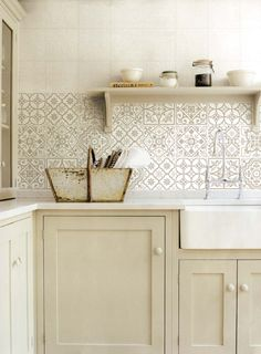 Simple And Elegant Cream Colored Kitchen Cabinets Design Ideas - Page 30 of 123 Kitchen Wall Tiles, Kitchen Cabinet Colors, Kitchen Colors, Kitchen Backsplash, Kitchen Decor, Cream Colored Kitchens, Cream Colored Kitchen Cabinets, Cream Cabinets, Country Kitchen Designs
