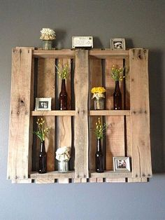 As prateleiras feitas com paletes de madeira, são muito decorativas, tanto em espaços aberto, como dentro de casa. Elas combinam com quase tudo!