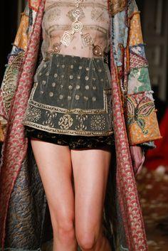 Guarda la sfilata di moda Valentino a Parigi e scopri la collezione di abiti e accessori per la stagione Alta Moda Primavera Estate 2016.