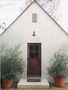 Large potted plants framing the back door - lemon trees if there is enough sun. - Large potted plants framing the back door – lemon trees if there is enough sun. Exterior Design, Interior And Exterior, Tree Interior, Interior Livingroom, Interior Doors, Exterior Paint, Interior Ideas, Architecture Design, Farmhouse Architecture