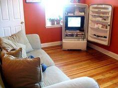 IDEIAS DIFERENTES: NOVOS USOS | GELADEIRAS ANTIGAS. Com um novo revestimento, quase que uma reforma, ela fica novinha. Pode soar estranho uma geladeira fora da cozinha. Mas, dependendo de como ela é colocada na decoração, essa gigante organiza objetos e eletrônicos, roupas e livros, além de materiais de escritório. Uma boa limpeza e uma camada de cor são o suficiente! Uma dica é na sala de estar, como móvel para a tv e a porta como estante.