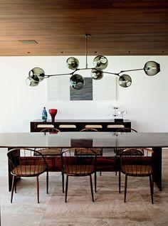 Apartamento Fernanda Marques (Foto: Max Zambelli/ Divulgação) Dining Sofa, Dining Table, Dining Rooms, Swiss House, Dining Room Lighting, Suites, Miami, Furniture Design, Interior Design