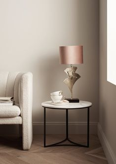 Journelles - Your Daily Dose of Fashion, Beauty + Interior Small Furniture, Home Furniture, Table D'or, Lampe Rose, Lampe Art Deco, Style Deco, Metal Table Lamps, Luminaire Design, Mesas