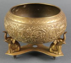 indian brass bowl - Buscar con Google Antique Decor, Antique Brass, Silver Pooja Items, India Decor, Pooja Room Design, Puja Room, Indian Furniture, Indian Home Decor, Brass Material