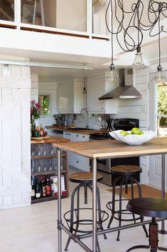 8- cuisine avec îlot en bois, tabouret en bois et dosseret en cèdre