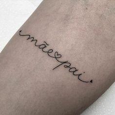 Tattoo writing mom and dad - tatoo feminina Phrase Tattoos, Mommy Tattoos, Name Tattoos, Mini Tattoos, Small Tattoos, Tatoos, Discreet Tattoos, P Tattoo, Writing Tattoos