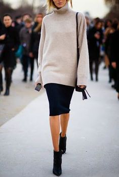 Street style: a black pencil skirt and an oversized turtleneck sweater. This is great for work, brunch and all sorts of celebrations.