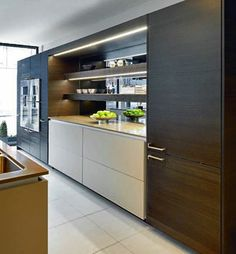 Foto: This gorgeous Poggenpohl Kitchen in shades of brown creates a truly dynamic cooking, living space. The +ARTESIO handle emphasises the cabinets' silhouette.  #poggenpohl #woodkitchen #cookingliving #artesio