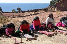 Mujeres indígenas tejiendo en el lago Titicaca (Perú)