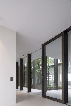 Visions of the Future: Hans Verstuyft Architecten White Exterior Houses, Interior And Exterior, Interior Design, 1970s House Renovation, Architecture Details, Interior Architecture, Glass Green House, D House, Patio