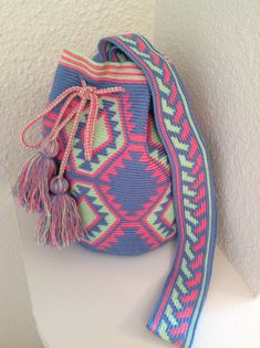 Crocheted tapestry bag – ideas and schemes . Discussion on LiveInternet – Russian Service of Online Diaries - Nahen Mochila Crochet, Crochet Tote, Crochet Handbags, Crochet Purses, Diy Crochet, Tapestry Crochet Patterns, Tapestry Bag, Boho Bags, Knitted Bags