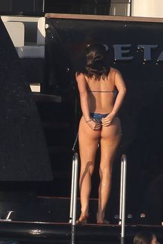 De biquíni, Bruna Marquezine desfila suas curvas em iate em Ibiza