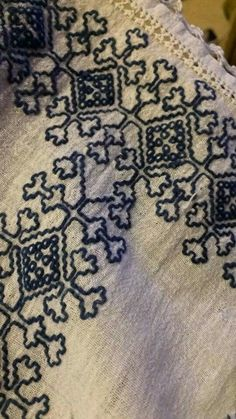 Romanian blouse embroidery detail Folk Embroidery, Learn Embroidery, Hand Embroidery Stitches, Embroidery Patterns, Cross Stitch Patterns, Machine Embroidery, Floral Embroidery, Antique Quilts, Blackwork