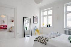 Szürke falak, fehér padló - modern skandináv lakberendezés egy polgári házban