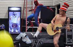 Agora são os caras do Backstreet Boys que fazem o Harlem Shake...