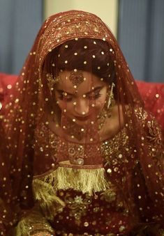 Best Picture For simple Bridal Outfit For Your Taste You are looking for something, and it is going to tell you exactly what you are looking for, and you didn't find that picture. Here you will find t Indian Bridal Outfits, Pakistani Wedding Outfits, Bridal Dresses, Bridal Makeup Looks, Bridal Beauty, Bridal Dupatta, Nikkah Dress, Pakistani Party Wear, Bridal Photoshoot