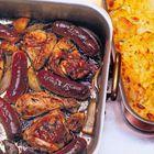 Een heerlijk recept: Nigella Lawson: kip en worst met salie en ui in één pan
