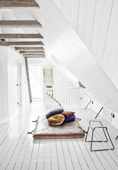 Josephine Ekström har evnen til at mikse design fra forskellige årtier med etniske mønstre og unikke fund. Tag med til et usædvanlig vellykket indrettet hjem på Sveriges vestkyst med udsigt over Øresund.