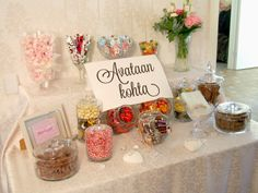 Avataan kohta. Mammapäiväkirja: ihan parhaat häät Wedding Signs, Our Wedding, Dream Wedding, Candy Table, Candy Buffet, Wedding Decorations, Table Decorations, Wedding Cakes, Wedding Flowers