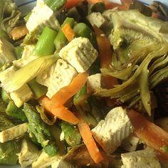 verdure (asparagi, carciofi, carote) e dadolata di tofu saltate in padella con curry e senape