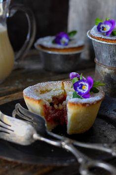 Kakkuviikarin vispailuja!: Raparperi-mansikkapiirakat French Toast, Pudding, Baking, Breakfast, Desserts, Food, Morning Coffee, Tailgate Desserts, Deserts