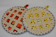 Fruit Pie Hot Pad-hotpads/ pot holders quilted by AnnasEcke Table Runner And Placemats, Quilted Table Runners, Quilting Projects, Sewing Projects, Fabric Crafts, Sewing Crafts, Yellow Apple, Quilted Potholders, Bazaar Ideas