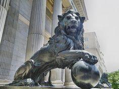 ¿Sabías que los primeros leones que se pusieron a la entrada del congreso, en 1851, eran de yeso y pintados? #madrid Compound Wall Design, Sculptures, Lion Sculpture, Mythical Creatures, Statues, Sculpting, Concept Art, Art Deco, Dragons