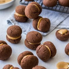 Almond Shortbread Cookies These Chocolate Almond Shortbread Cookies are my take on a chocolate Baci Di Dama - Italian shortbread cookies made with ground almonds. via Almond Shortbread Cookies are my take on a chocolate Baci Di Dama - . Almond Shortbread Cookies, Shortbread Recipes, Sugar Cookies Recipe, Chocolate Caramel Slice, Chocolate Oatmeal Cookies, Almond Chocolate, Cadbury Chocolate, Italian Cookie Recipes, Italian Cookies