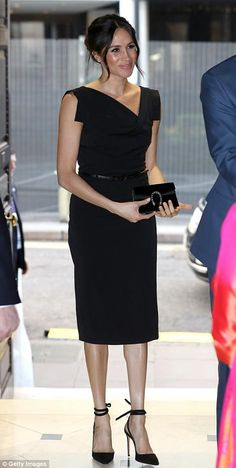 Meghan Markle at a Commonwealth reception for female empowerment at the Royal Aeronautical Society in London. : Meghan Markle at a Commonwealth reception for female empowerment at the Royal Aeronautical Society in London. Estilo Meghan Markle, Meghan Markle Stil, Meghan Markle Dress, Meghan Markle Outfits, Meghan Markle Fashion, Kate And Meghan, Prince Harry And Meghan, Fashion Looks, Royal Fashion