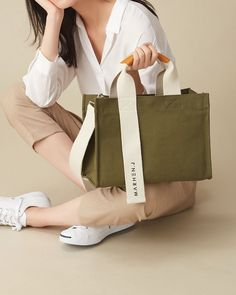 As people's living and consumption levels continue to increase, shoulder bags are increasingly popular with women. A woman who likes a shoulder bag reveals a… J Bag, Image Mode, Photography Bags, Fabric Bags, Fabric Basket, Cotton Bag, Cloth Bags, Canvas Tote Bags, Fashion Bags