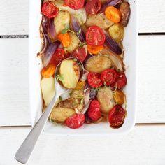 Varm potetsalat med tomater, løk og timian Frisk, Nom Nom, Vegetables, Food, Hoods, Vegetable Recipes, Meals, Veggies