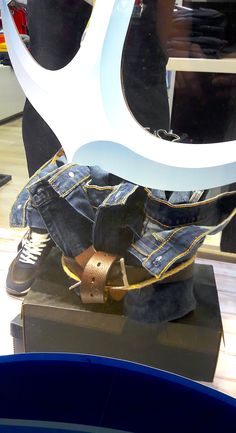 Exhibición de producto 2020. #elitvisualsas #enpinterestnosvamejor Window, Wedges, Display, Boots, Fashion, Glass Display Case, Product Display, Floor Space, Crotch Boots