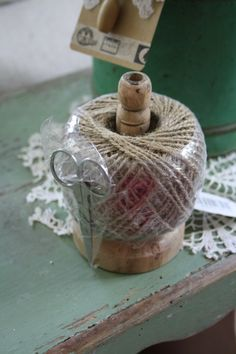 handig bolletje touw met schaar op houten standaard