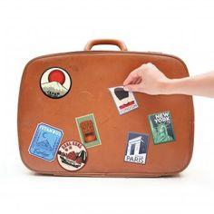 Kofferaufkleber - 16 Sticker und ein Gepäckanhänger im Vintage-Look. #design3000 #travel