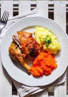 """Wczorajszy poradnik """"Jak idealnie upiec kaczkę?"""" bardzo dobrze się przyjął. Cieszy mnie to ogromnie bo ostatnio moim ulubionym rodzajem mięsa jest właśnie kaczka. Co jakiś czas będzie się więc pojawiał nowy przepis na niedzielny obiad. Dzisiaj opublikuję przepis, który zrobiony był dość dawno temu jednak czekał cierpliwie na swoją kolej. Kaczka pieczona w miodzie i ...Więcej →"""