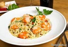 Aprende a preparar thermomix: Espaguetis con gambas con esta rica y fácil receta.  Cocer los espaguetis con el caldo de pescado y sal si les hace falta. Poner el...