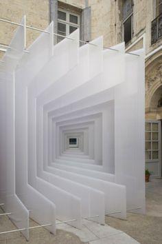 Reframe La instalación fue construida a partir de 45 hojas de color de ópalo-policarbonato se utiliza para el techado al aire libre y acristalamiento. Reframe explota el tema de la sorpresa, fue creado para 7° Festival de Arquitectura Living ' en Montpellier, Francia.