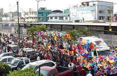 Nezahualcóyotl, Méx. 09 Mayo 2013. Seguida de muchas personas, la vistosa plataforma decorada con flores transportaba a Martha Debayle y  a su equipo de colaboradores.