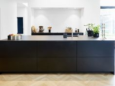 Bold and striking this style looks stunning in a large open plan space. However the matt black laminate looks equally good in a smaller room especially when combined with a wood veneer or white. The matt laminate finish is bang on trend and can be combined with an ultra thin worktop to create a chic and stylish kitchen. This matt laminate door is available in over 20 colours, including, Cashmere, Midnight Blue, Taupe, Grey & Red.