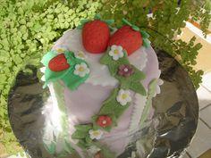 Mini tarta de fondant con decoración de fresas    www.monicacupcakes.blogspot.com