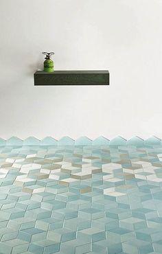 Leuk voor in de badkamer… Deze licht blauwe kleur, het fijne patroontje en het overloopje op de muur. Schattig en fris!