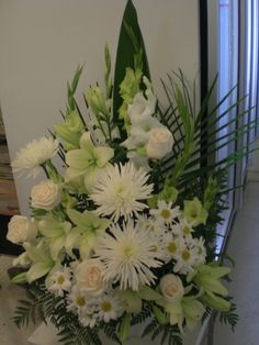 http://www.unny.com beautiful white funeral flowers arrangement