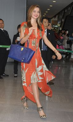 Miranda Kerr arrived at Narita International Airport in a mixture of colors and prints. She paired an orang... Travel Outfit Summer, Summer Outfits, Travel Outfits, Travel Fashion, Dress Summer, Travel Style, Miranda Kerr Street Style, Famous Girls, Airport Style