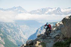 """Er du mountainbiker kan du opleve den vildeste """"nedtur"""" fra 3200 meter til 1600 meter i et forrygende tærræn på singletracks. Eller du kan opleve de smukke omgivelser sammen med en utrolig bred vifte af stier i det unikke højalpine område. Udforsk de gamle handelsruter og grænseoverskridende smugler stier i midten af Alperne. Hvad med at nyde en dags assisteret mountainbiking kombineret med et par tips til dig og børnene? Eller køre nogle eventyrlige spormed dine venner?"""