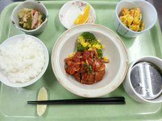 2月5日。煮込みハンバーグ、かぼちゃのサラダ、野菜ソテー、ほうれん草のスープ、みかんでした!615カロリー、たんぱく質24g、塩分2.9gです♪