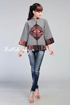Lovely I'm so jealous Batik Blazer, Blouse Batik, Batik Dress, African Dresses For Kids, African Wear, African Fashion Dresses, Batik Fashion, Ethnic Fashion, Hijab Fashion